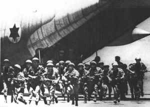 Israelische Fallschirmjäger stürmen aus dem Herkules Transporter